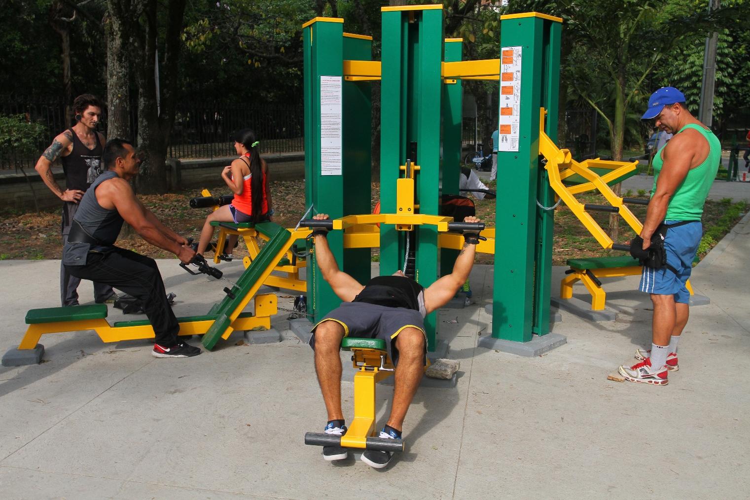 gay haciendo ejercicio en columpio urbano